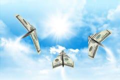 Aviões de papel feitos de cem notas de dólar Imagens de Stock Royalty Free