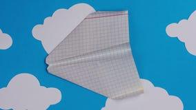 Aviões de papel que voam sobre um céu com nuvens e decolagem Pare a animação do movimento 4K vídeos de arquivo