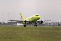 Aviões de partida de Airbus A319 das linhas aéreas de Sibéria Imagens de Stock