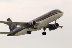 Aviões de partida de Royal Jordanian Airbus A320-232 no dia chuvoso Imagens de Stock