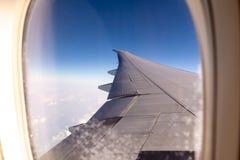Aviões de passageiro da asa de voo em um fundo do céu azul e das nuvens fotos de stock royalty free