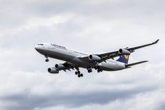 Aviões de passageiro de Lufthansa Airbus A340 Imagens de Stock