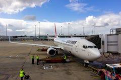 Aviões de passageiros que tomam passageiros Fotos de Stock