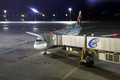 Aviões de Qatar Airways Airbus A320-200 na porta Imagem de Stock Royalty Free