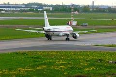 Aviões de Rossiya Air Companhia aérea Airbus A320-214 no aeroporto internacional de Pulkovo em St Petersburg, Rússia Fotografia de Stock Royalty Free