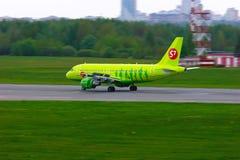 Aviões de S7 Airlines Airbus A319-114 no aeroporto internacional de Pulkovo em St Petersburg, Rússia Imagem de Stock Royalty Free