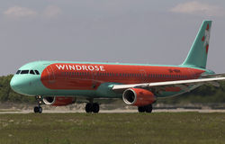 Aviões de WindRose Airbus A321-231 que preparam-se para a decolagem da pista de decolagem Foto de Stock Royalty Free