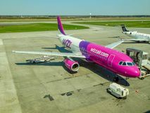 Aviões de Wizzair no aeroporto de Katowice Foto de Stock Royalty Free