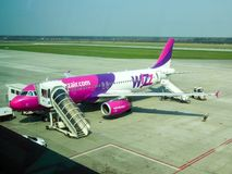 Aviões de Wizzair no aeroporto de Katowice Imagem de Stock