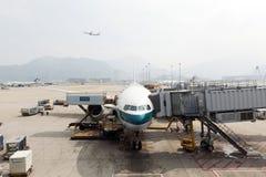 Aviões do Cathay no aeroporto de Hong Kong Fotos de Stock Royalty Free