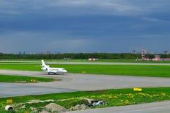 Aviões do falcão 7X de Dassault das linhas aéreas da aviação de Airfix no aeroporto internacional de Pulkovo em St Petersburg, Rú Fotos de Stock