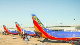 Aviões do sudoeste no aeroporto internacional intermediário de Chicago foto de stock