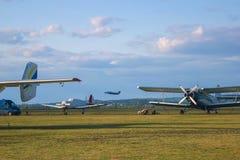 Aviões durante a aviação do voo imagens de stock royalty free