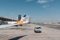 Aviões e caminhão da fonte na pista de decolagem do aeroporto Fotografia de Stock