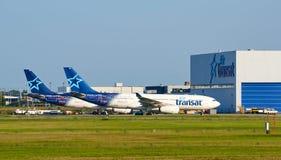 Aviões e garagem de Air Transat Fotografia de Stock Royalty Free