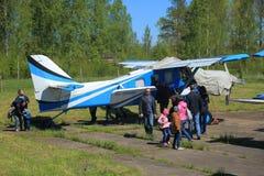 Aviões e povos claros da turboélice Foto de Stock Royalty Free