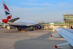 Aviões e terminal de British Airways no aeroporto de Londres Heathrow no verão imagem de stock royalty free