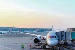 Aviões em um pronto airplany para o embarque dos passageiros foto de stock royalty free