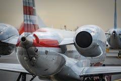 Aviões em uma decolagem e em um táxi de espera da pista de decolagem do aeroporto fotografia de stock