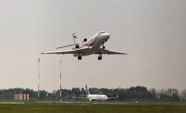 Aviões internacionais de partida de Jet Management Dassault Falcon 900EX no dia chuvoso fotos de stock