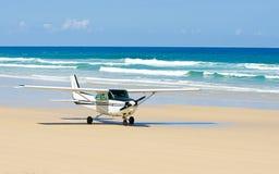 Aviões leves que descolam na praia fotografia de stock royalty free