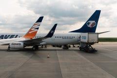 Aviões na pista de decolagem do aeroporto Imagem de Stock Royalty Free
