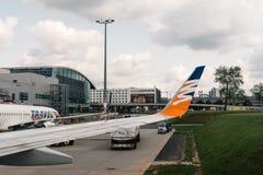 Aviões na pista de decolagem do aeroporto Imagens de Stock
