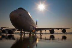 Aviões na pista de decolagem inundada Foto de Stock Royalty Free