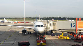 Aviões na porta no terminal moderno 2 em Hamburgo Fotografia de Stock Royalty Free