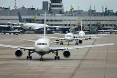 Aviões no aeroporto fotografia de stock royalty free