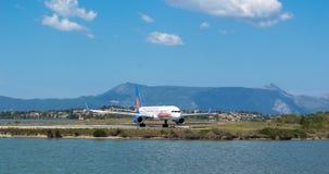 Aviões no aeroporto de Ioannis Kapodistrias em Corfu fotos de stock royalty free