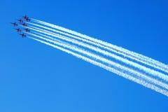 Aviões no céu azul Fotos de Stock