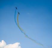 Aviões no céu com fumo colorido de Fotos de Stock