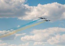 Aviões no céu com fumo colorido de Fotos de Stock Royalty Free