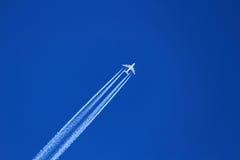 Aviões no céu profundo-azul com fuga Fotografia de Stock Royalty Free