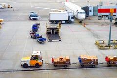 Aviões, pacotes, portador de bagagem, aeroporto fotografia de stock royalty free