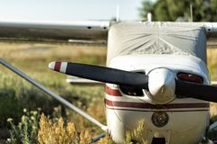 Aviões pequenos em um aeródromo imagens de stock