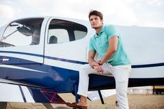 Aviões pequenos próximos eretos piloto do homem novo Imagens de Stock