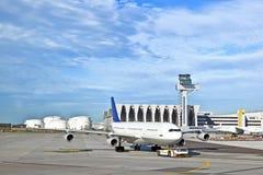 Aviões que estão sendo empurrados para trás por um veículo do pushback Foto de Stock