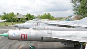 Aviões que estacionam a vista geral vídeos de arquivo
