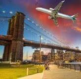 Aviões sobre New York City - conceito do turismo e das férias Fotos de Stock