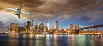 Aviões sobre New York City - conceito do turismo e das férias Foto de Stock