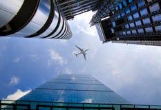 Aviões sobre os arranha-céus da Londres que vão aterrar no aeroporto da cidade Imagens de Stock Royalty Free