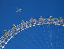 Aviões sobre os arranha-céus da Londres que vão aterrar no aeroporto da cidade Fotos de Stock