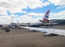 Aviões Taxiing Airbus A-320 após a aterrissagem no aeroporto de Heathrow Londres Reino Unido Fotografia de Stock