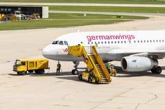 Avi?es Airbus A319-100 de Germanwings ap?s a chegada no aeroporto de Salzburg e no pessoal de servi?o ? terra fotografia de stock