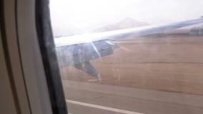 Avi?es da aterrissagem Vista da janela na asa de um avi?o no aeroporto vídeos de arquivo