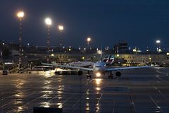 Avi?es no aeroporto Alemanha de dusseldorf na chuva na manh? foto de stock