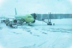 Avi?o comercial verde bonito em um blizzard fotografia de stock