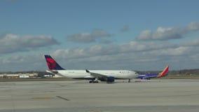 Avi?o de passagem de Delta Airlines video estoque